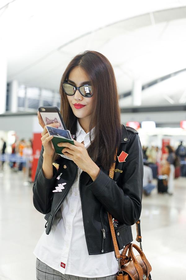 Đến sân bay, Lan Khuê diện bộ cánh cực chất kết hợp quần caro, sơ mi trắng cùng áo da đậm chất thời trang Thu - Đông.