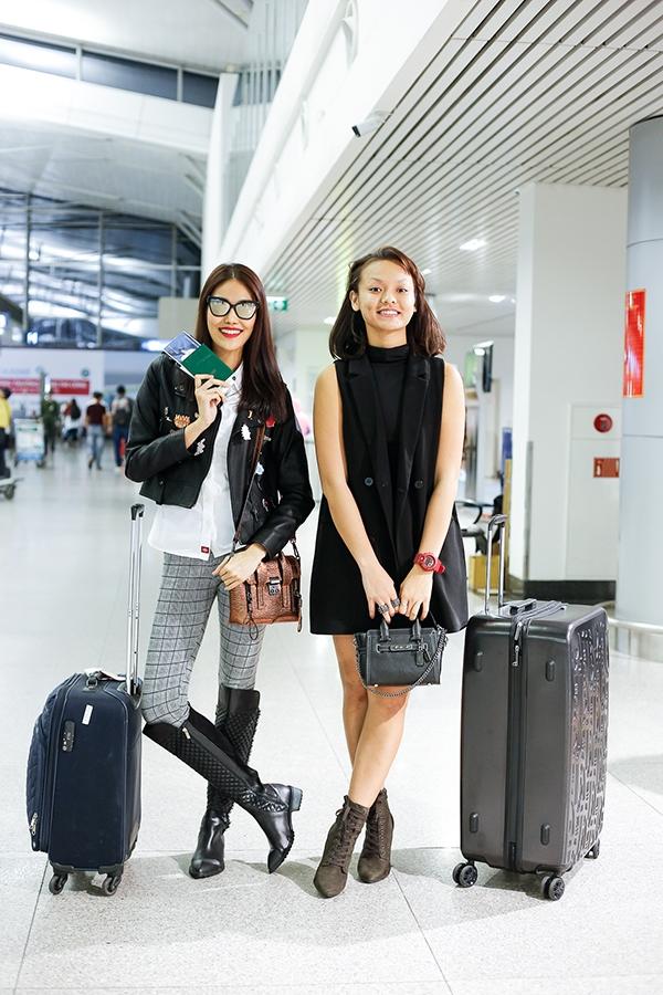 Mai Ngô lại đơn giản, nhẹ nhàng hơn với váy đen kết hợp boots da cổ ngắn. Nữ người mẫu để mặt mộc trông vô cùng đáng yêu.