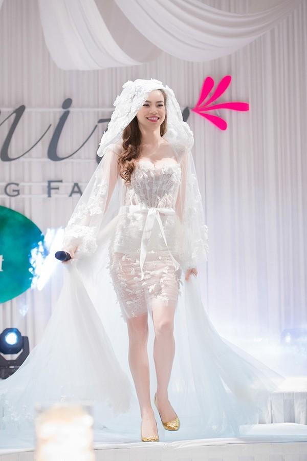 Hồ Ngọc Hà và lần hiếm hoi tham gia trình diễn catwalk với váy cưới. Theo quan điểm của nữ ca sĩ, có được diện trang phục này trong cuộc đời hay không không quan trọng bằng việc sống thật hạnh phúc bên người mà cô yêu thương.
