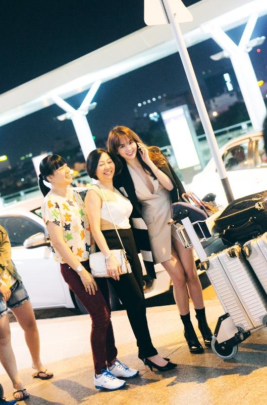 Ngọc Trinh thân thiện chụp ảnh cùng khán giả tại sân bay. - Tin sao Viet - Tin tuc sao Viet - Scandal sao Viet - Tin tuc cua Sao - Tin cua Sao