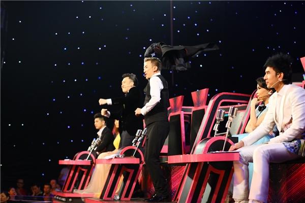 """Màn trình diễn của hai thí sinh nhỏ tuổi nhất cuộc thivẫn còn là ẩn số, tuy nhiên những hình ảnh về sự """"nổi loạn"""" ngay trên """"ghế nóng"""" của cặp đôi huấn luyện viên Mr Đàm – Dương Triệu Vũ sẽ khiến khán giả """"bấn loạn"""" ngay lập tức. - Tin sao Viet - Tin tuc sao Viet - Scandal sao Viet - Tin tuc cua Sao - Tin cua Sao"""