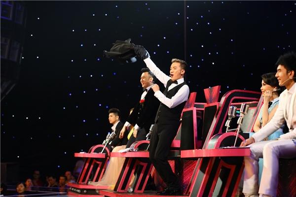 """Vì quá phấn khích khi nghe nhạc Sơn Tùng MTP, """"ông hoàng nhạc Việt"""" đã cởi ngay chiếc áo khoác đang mặc để nhảy múa. - Tin sao Viet - Tin tuc sao Viet - Scandal sao Viet - Tin tuc cua Sao - Tin cua Sao"""