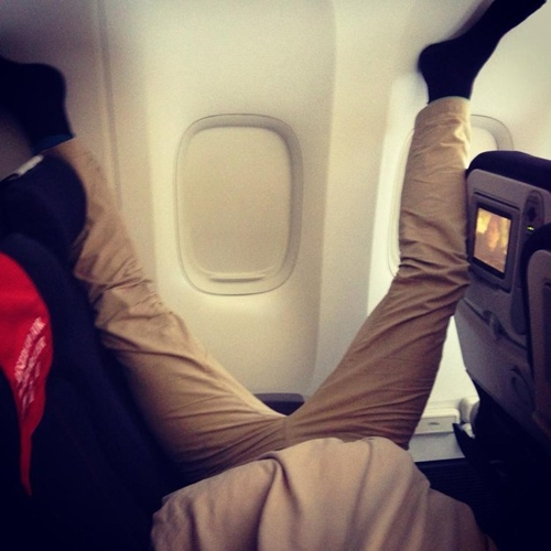 Một tư thế ngủ không giống ai mà người ta đã chụp được trên một chuyến bay.