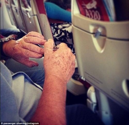 Dù hành động rất nhỏ nhưng khiến người khác có cái nhìn ái ngại trước việc hành khách này cắt móng tay, rất mất vệ sinh.