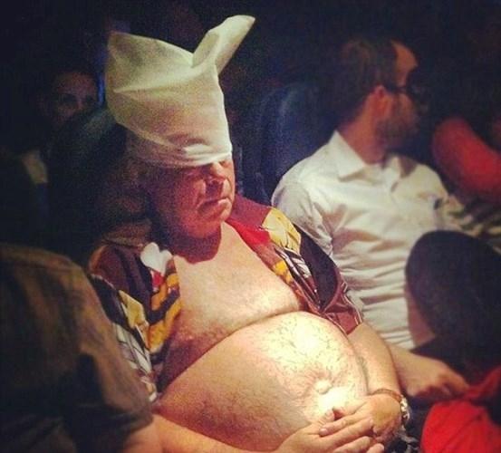 """Để giấc ngủ được """"no giấc"""", người đàn ông này sẵn sàng phơi bụng ngay trước mặt nhiều hành khách khác."""