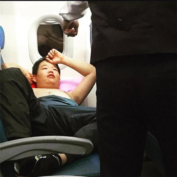 Cởi trần, nằm ngủ, vị khách này đã bị nhân viên phục vụ nhắc nhở ngay sau đó.