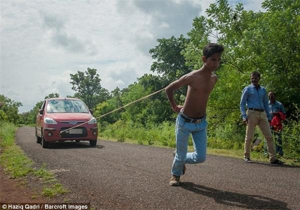 """""""Hercules thời hiện đại"""" kéo xe ô tô bằng bả vai đi cả chục mét"""