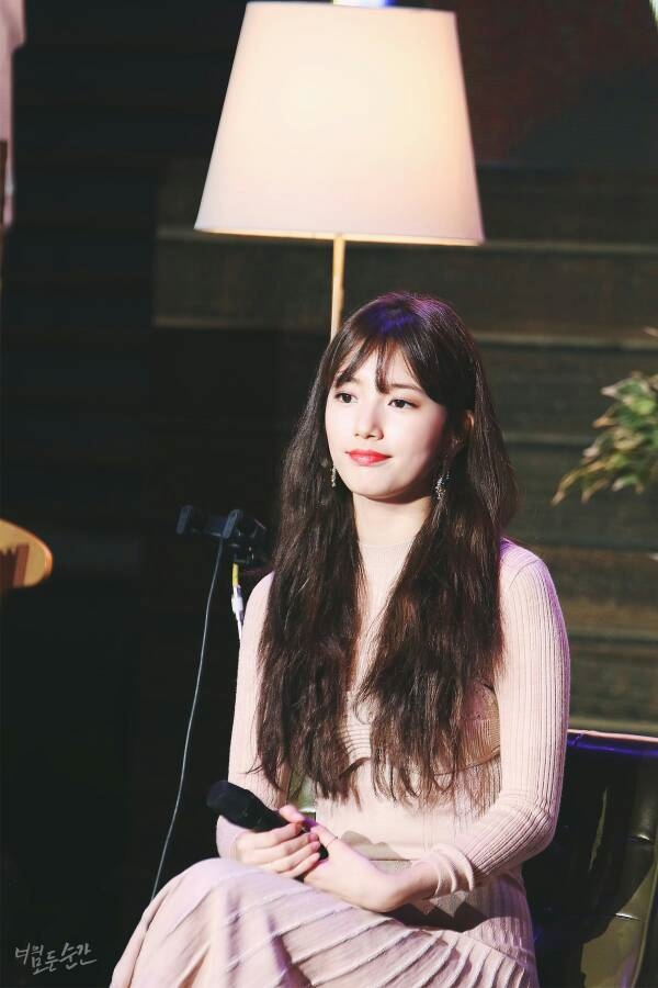 Suzy ôm thắm thiết, dành tặng từng fan quà giá trị khủng