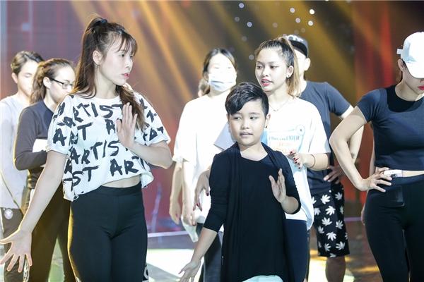 Cặp HLV Ông Cao Thắng - Đông Nhi đầu tư cho học trò sân khấu một sân khấu hoành tráng với dàn vũ công lên đến 20 người do Lan Nhi làm biên đạo và dàn dựng sân khấu. - Tin sao Viet - Tin tuc sao Viet - Scandal sao Viet - Tin tuc cua Sao - Tin cua Sao