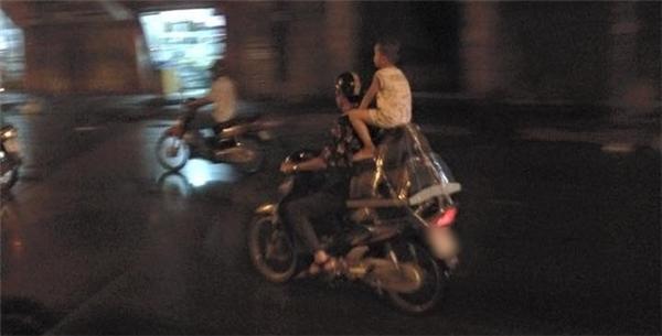 Đây chính là hồi chuông cảnh báo cho các bậc phụ huynh chú ý đảm bảo an toàn và chấp hành luật lệ khi tham gia giao thông.