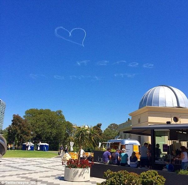 Chàng trai đã viết lời cầu hôn lên bầu trời thật đặc biệt nhưng vẫn bị từ chối.(Ảnh: Internet)