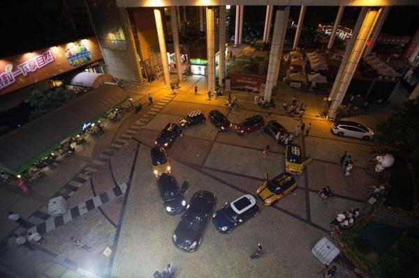 Hình trái tim xếp bằng siêu xe dưới sân trường đại học của cô gái.(Ảnh: Internet)