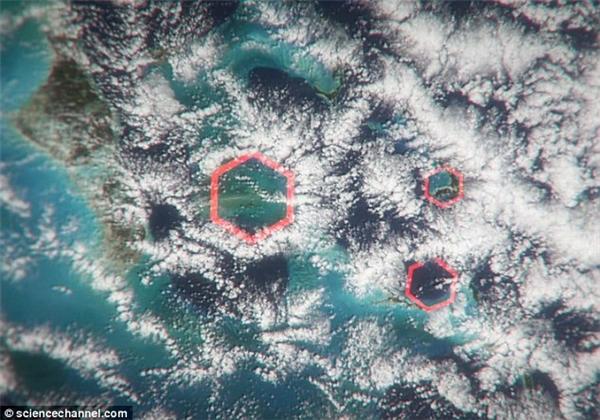 Những đám mây lục giác có sức công phá khủng khiếpđược cho là thủ phạm gây mất tích cho máy bay và tàu bè qua tại khu vực này.