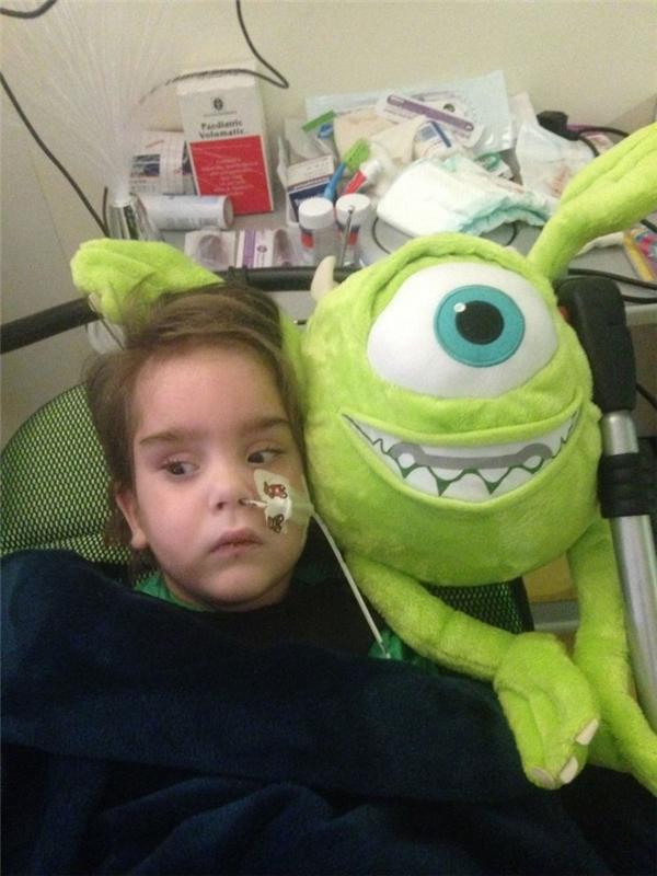 Dylan hiện tại vẫn phải nằm viện và đượcchăm sóc 24/24.