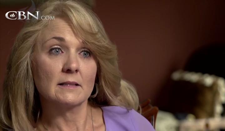 Bà Julie rùng mình trước những gì cậu con trai 8 tuổi kể lại.(Ảnh: Internet)