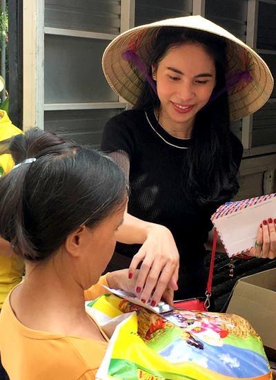 Nữ ca sĩ ăn mặc khá giản dị, thân thiện trao từng phần quà đến bà con. - Tin sao Viet - Tin tuc sao Viet - Scandal sao Viet - Tin tuc cua Sao - Tin cua Sao