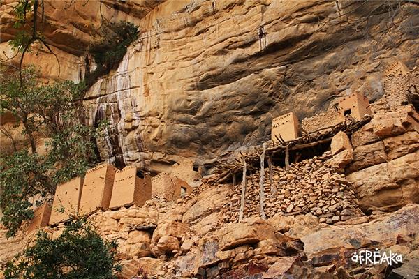 Tại đây, du khách sẽ được ngắm nhìn những ngôi nhà khắc trên đá của người Tellem.