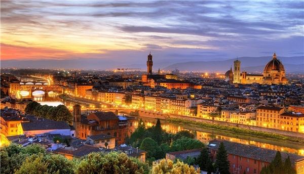 3.Florence, Italy. Thành phố ngàn năm tuổi của Ýnổi tiếng không chỉ vì có nhiều kiệt tác kiến trúc cổ xưa, mà còn là quê hương của phong trào Phục hưng ở châu Âu diễn ra vào thế kỷ XV và XVI.