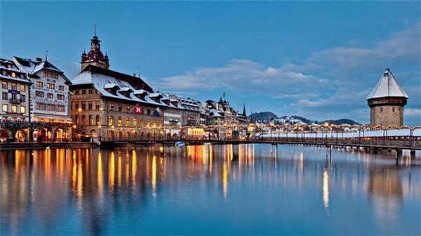 4.Lucerne, Thụy Sĩ.Thành phố được mệnh danh là Thụy Sĩ thu nhỏ thu hút khách du lịchbởi phong cảnh hữu tình và kiến trúc cổ đậm chất nghệ thuật.Lucernelà trung tâm kinh tế và văn hóa của miền trung Thụy Sĩ với nền kinh tế chủ yếu dựa vào du lịch và thương mại