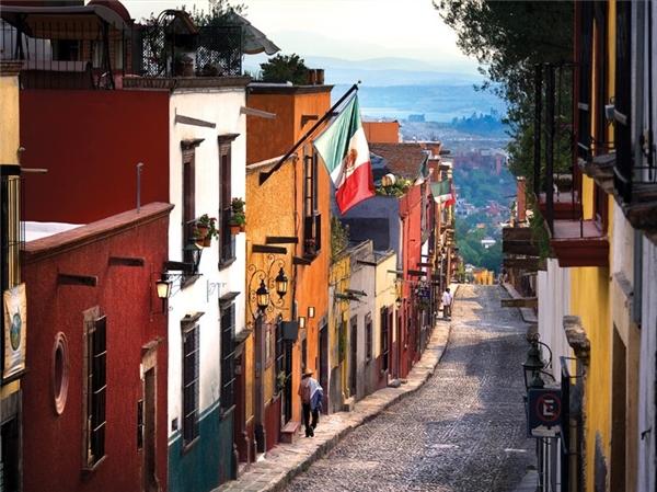 5.San Miguel de Allende, Mexico.San Miguel de Allende là một thành phố nằm ở phía Đông của tiểu bang Guanajuato, miền Trung Mexico, cách thành phố Mexico 274km. Sự hấp dẫn của thành phố chính là trung tâm lịch sử được bảo quản tốt, với các tòa nhà từ thế kỷ 17 và 18.