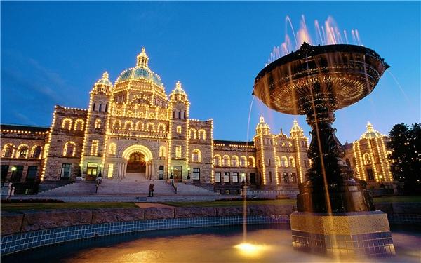7.Victoria, Canada.Victoria là thành phố lớn thứ hai tại phía bờ Tây của Canada, từng được xếp hạng nhất trong 10 thành phố đẹp trên thế giới, được mệnh danh là viên ngọc quý của Canada, với đặc điểm nổi bật là sạch sẽ, yên tĩnh, thân thiện và an toàn.
