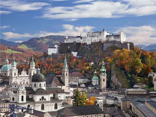 8.Salzburg, Áo.Salzburg là một trong những thành phố cổ được bảo quản tốt nhất ở vùng phía bắc của dãy núi Alps. Khu phố cổ của Salzburg nổi tiếng thế giới, với rất nhiều tòa nhà, tháp và nhà thờ với kiến trúc baroque, đã được công nhận là Di sản Thế giới của UNESCO từ năm 1997.