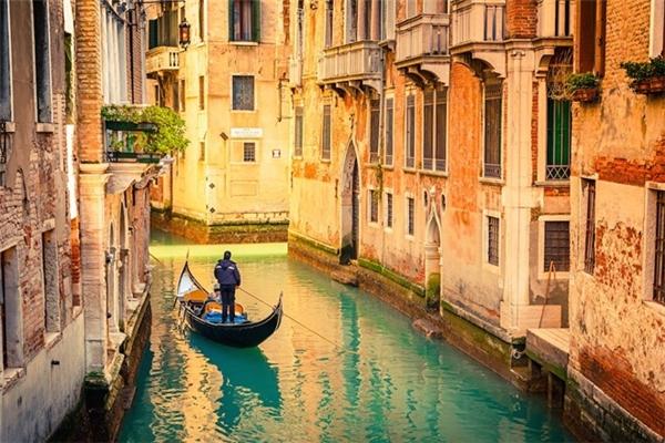 """20.Venice, Italy.Là thành phố nằm ở đông bắc nước Ý,Venice được đặt cho rất nhiều cái tên mỹ miều như """"thành phố của các kênh đào"""", """"thành phố sông nước"""", """"thành phố tình yêu""""... nhờ vẻ đẹp thanh bình và lãng mạn."""