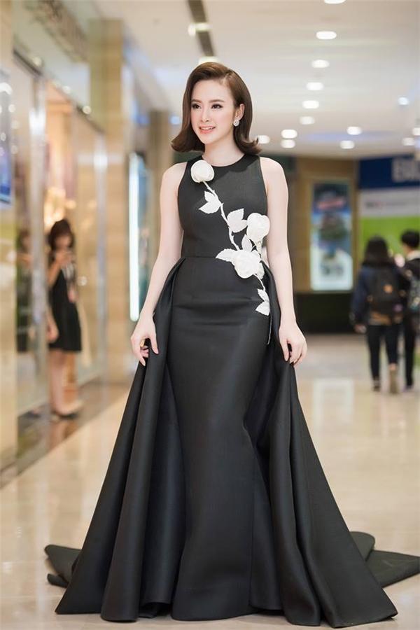 Diện bộ váy đen với họa tiết hoa hồng trắng của nhà thiết kế Đỗ Mạnh Cường, Angela Phương Trinh như hóa thân thành công nương trong buổi ra mắt bộ phim do cô thủ vai chính.