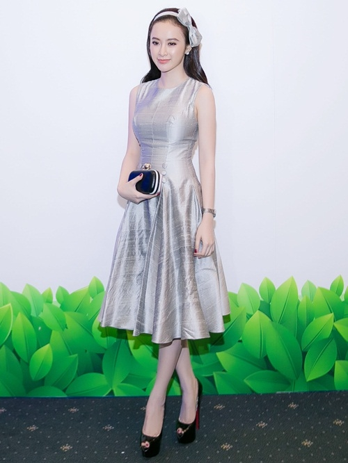 Diện váy xòe ngang gối nhẹ nhàng kết hợp một vài phụ kiện cơ bản, Angela Phương Trinh trở thành tâm điểm của mọi sự chú ý bởi vẻ ngoài thanh thoát, ngọt ngào.