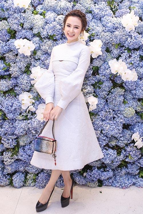 """Tuy nhiên, bộ váy xòe ngang gối này lại không phải là lựa chọn thông minh của Angela Phương Trinh khi """"nuốt chửng"""" chiều cao khiêm tốn và khiến cơ thể nữ diễn viên kém thon gọn."""