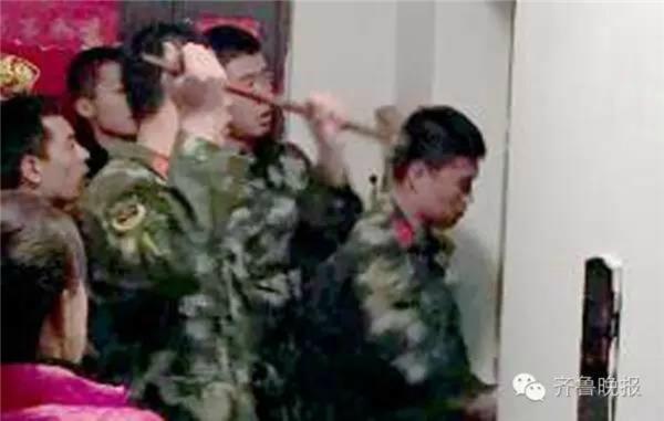 Lính cứu hỏa giải cứu Sun khỏi thang máy.(Ảnh: Internet)