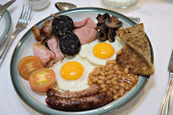 Anh Quốc:Ở Anh bữa sáng đầy đủ ở phải có đậu, xúc xích, thịt lợn xông khói, trứng, nấm, bánh mỳ nước. Ngoài ra, trà là một thành phần không thể thiếu.