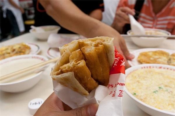 """Trung Quốc:Bữa sáng truyền thống của người Trung Quốc ở mỗi vùng miền lại có những đặc điểm riêng, nhưng đều là sự kết hợp của món quẩy nóng (""""you tiao"""" trong tiếng Trung) và sữa đậu nành ấm. Dim sum và súp nóng cũng là một bữa ăn sáng phổ biến khác của người dân nước này."""