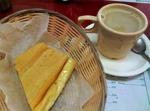 Cuba: Bữasáng ở Cuba thường gồm cà phê sữa rất ngọt và có một chút muối. Bánh mỳ được nướng giòn, có chét bơ và được cắt vát để nhúng vào cà phê.