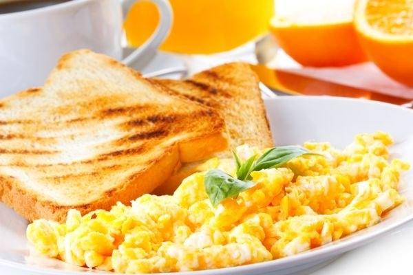 Ba Lan:Bữa sáng ở Ba Lan có tên địa phương là Jajecznica. Bữa sáng truyền thống của quốc gia này thường gồm trứng bác và hai bánh khoai tây.