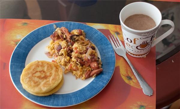 Colombia:Người dân ăn sáng bằng arepa, một loại bánh ngô ngọt, dày dùng với bơ hoặc có thêm lớp bên trên gồm trứng, thịt heo hoặc giăm bông.