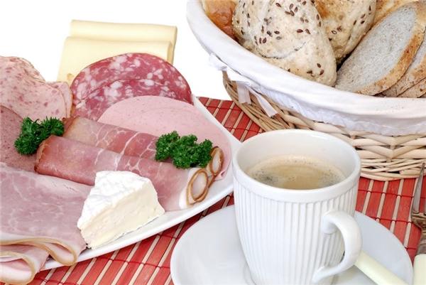 Đức:Bữa sáng của người Đức thường có pho mát địa phương và bánh mìmới nướng, cà phê.