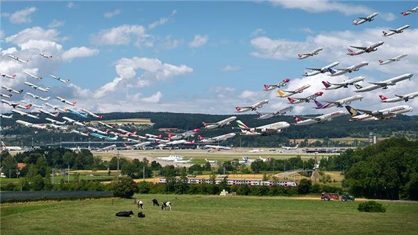 Theo kế hoạch cắt giảm tiếng ồn, sân bay Zurich đã cho máy bay tỏa ra theo nhiều hướng khác nhau tùy vào mức độ gió. Bức này ảnh thú vị ở điểm đối nghịch giữa dàn phi cơ hiện đại và vùng quê Thụy Điển bình dịxung quanh sân bay.