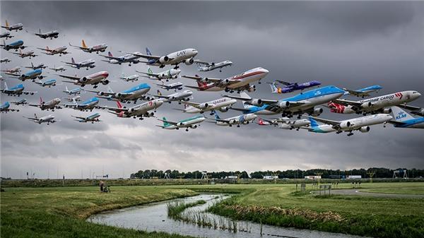 Sân bay Amsterdam Schiphol bao phủ bởi hệ thống kênh đào chằng chịt và nhiều thảm cỏ xanh. Bầu trời u ám phía sau lưng đã khiến cảnh tượng trong bức ảnh thêm phần sống động.