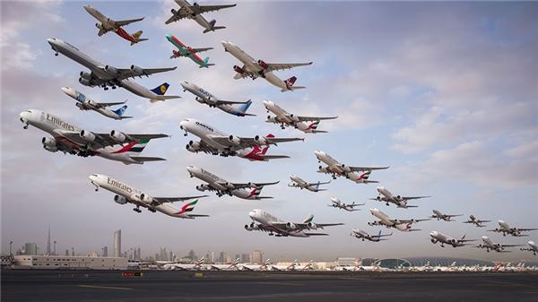 Khung cảnh phía sau những chiếc máy bay chính là Burj Khalifa ở Dubai, tòa nhà cao nhất thế giới. Ông Mike đã chụp bức ảnh này trong khoảng 6-8 giờ sáng, khi những chiếc máy bay đang vội cất cánh đến nhiều nơi khác nhau trên thế giới.