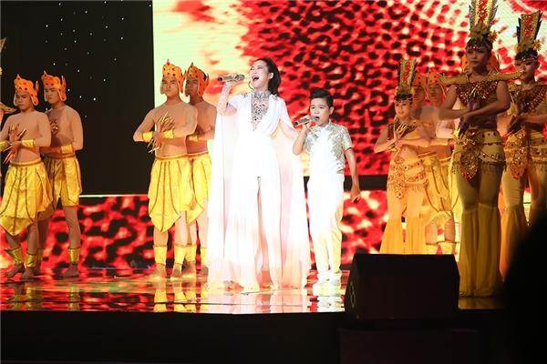 Cả hai gây ấn tượng mạnh mẽ với sân khấu được thiết kế độc đáo, hiệu ứng từ ánh sáng, âm thanh, vũ đoàn tạo nên một không gian kỳ bí, huyền ảo đi kèm giọng ca đầy nội lực. - Tin sao Viet - Tin tuc sao Viet - Scandal sao Viet - Tin tuc cua Sao - Tin cua Sao