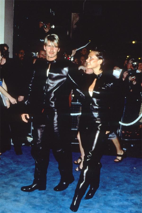 """Dù trang phục màu đen toàn tập, anh chị vẫn nổi bật nhất """"thảm xanh""""."""