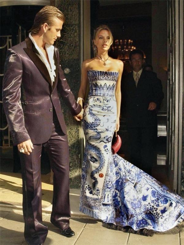 Vic nuột nà trong chiếc đầm họa tiết Trung Quốc còn Beck nổi bần bật với bộ vest đầy ấn tượng.