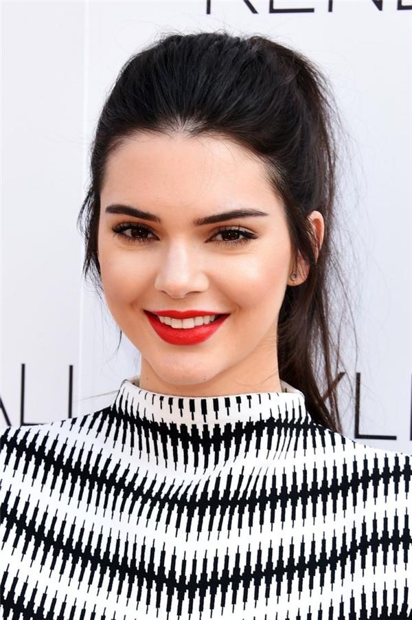 The Richest có vẻ khá ưu ái chị em nhà Kardashian. NgoàiKylie, cô chịKendall Jenner cũng góp mặt trong danh sách và giữ vị trí thứ 3 nhờ nhan sắc xinh đẹp, sắc sảo và style luôn dẫn đầu xu hướng.