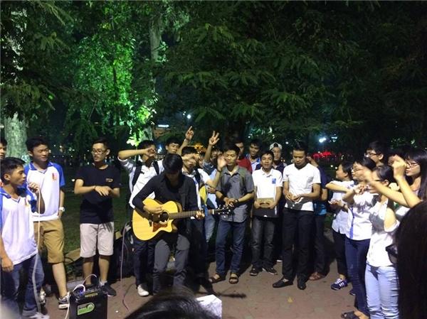 Hành động nhóm sinh viên miền Trung giữa phố đi bộ Hồ Gươm gây chú ý