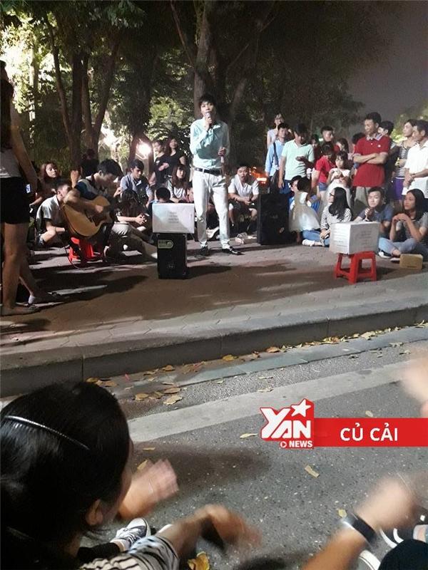 """Một vị khách người miền Trung lên biểu diễn bài """"Bạn tôi"""" khiến nhiều người xúc động."""