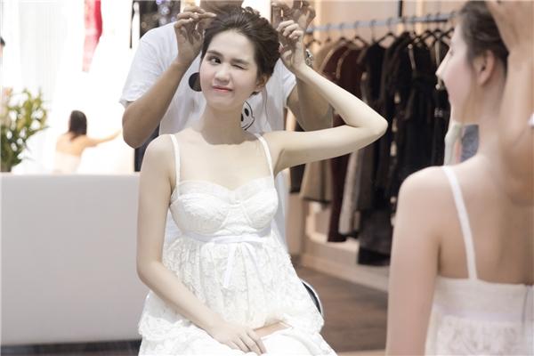 Ngọc Trinh nhí nhảnh trong buổi thử trang phục.