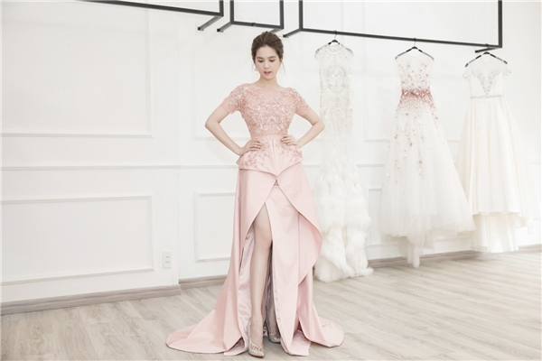 Thiết kế thứ hai mang sắc hồng pastel ngọt ngào, nhã nhặn với dáng váy xẻ nhưng vẫn kín đáo, thanh lịch. Hình ảnh này của Ngọc Trinh trông vô cùng tươi trẻ, lạ mắt.