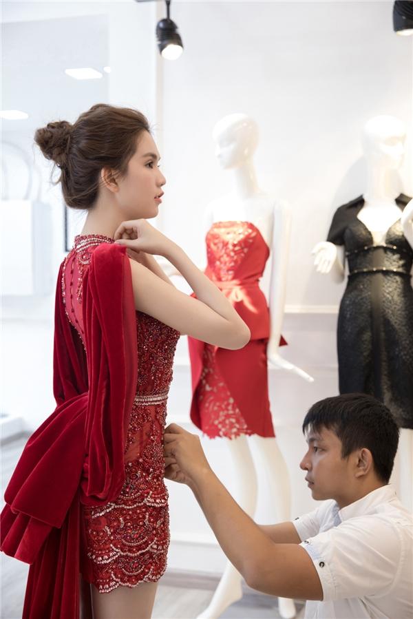 Trên nền sắc đỏ, Đỗ Long kết hợp dáng váy ngắn gợi cảm bên trong cùng áo choàng tay cape bên ngoài. Chất liệu nhung mềm mại được ưa chuộng trong mùa mốt Thu - Đông năm nay đã được Đỗ Long sớm cập nhật.