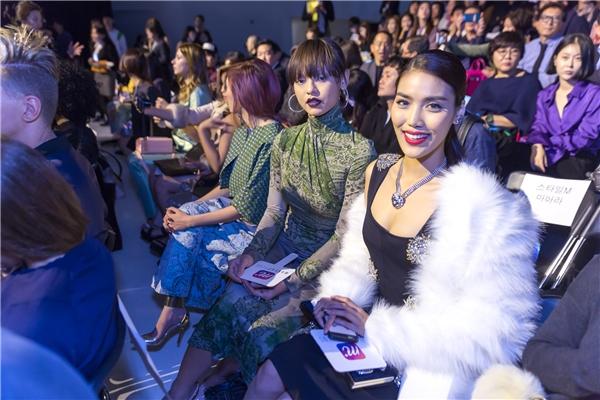 Lan Khuê và Mai Ngô ngồi cạnh nhau trong show diễn.